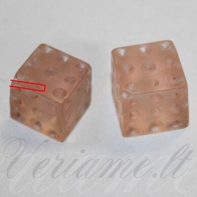 akr0020 apie 12 mm, kubo forma, rožinė spalva, pusiau gręžtas, akrilinis karoliukas, 1 vnt.