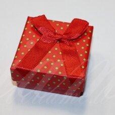 DZ0036-KVAD-50x50x25 apie 50 x 50 x 25 mm, kvadrato forma, raudona spalva, žali taškeliai, dovanų dėžutė, 1 vnt.
