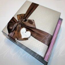 DZ0037-KVAD-185x185x40 apie 185 x 185 x 40 mm, kvadrato forma, sidabro spalva, rudas bantelis, dovanų dėžutė, 1 vnt.