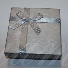 dz0037-kvad-90x90x50 apie 90 x 90 x 50 mm, kvadrato forma, sidabrinė spalva, juostelė su taškeliais, dovanų dėžutė, 1 vnt.