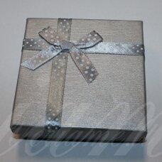 dz0037-kvad-90x90x30 apie 90 x 90 x 30 mm, kvadrato forma, sidabrinė spalva, juostelė su taškeliais, dovanų dėžutė, 1 vnt.