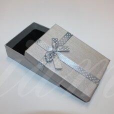 dz0037-stat-110x80x30 apie 110 x 80 x 30 mm, stačiakampio forma, sidabrinė spalva, juostelė su taškeliais, dovanų dėžutė, 1 vnt.