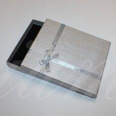 dz0037-stat-190x160x30 apie 190 x 160 x 30 mm, stačiakampio forma, sidabrinė spalva, juostelė su taškeliais, dovanų dėžutė, 1 vnt.