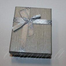 dz0037-stat-80x50x25 apie 80 x 50 x 25 mm, stačiakampio forma, sidabrinė spalva, juostelė su taškeliais, dovanų dėžutė, 1 vnt.