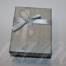 dz0037-stat-90x70x25 apie 90 x 70 x 25 mm, stačiakampio forma, sidabrinė spalva, juostelė su taškeliais, dovanų dėžutė, 1 vnt.