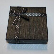 dz0038-kvad-90x90x25 apie 90 x 90 x 30 mm, kvadrato forma, juoda spalva, juostelė su taškeliais, dovanų dėžutė, 1 vnt.