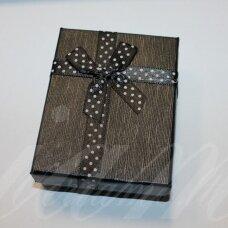 dz0038-stat-90x70x25 apie 90 x 70 x 25 mm, stačiakampio forma, juoda spalva, juostelė su taškeliais, dovanų dėžutė, 1 vnt.