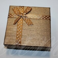 dz0040-kvad-90x90x50 apie 90 x 90 x 50 mm, kvadrato forma, šviesi, ruda spalva, juostelė su taškeliais, dovanų dėžutė, 1 vnt.