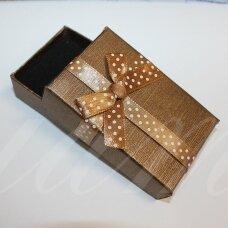 dz0040-stat-80x50x25 apie 80 x 50 x 25 mm, stačiakampio forma, šviesi, ruda spalva, juostelė su taškeliais, dovanų dėžutė, 1 vnt.