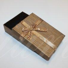 dz0040-stat-110x80x30 apie 110 x 80 x 30 mm, stačiakampio forma, šviesi, ruda spalva, juostelė su taškeliais, dovanų dėžutė, 1 vnt.