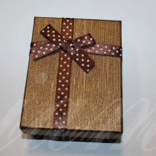 dz0040-stat-90x70x25 apie 90 x 70 x 25 mm, stačiakampio forma, sendinta auksinė spalva, juostelė su taškeliais, dovanų dėžutė, 1 vnt.