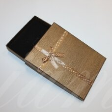 dz0040-stat-160x120x30 apie 160 x 120 x 30 mm, stačiakampio forma, šviesi, ruda spalva, juostelė su taškeliais, dovanų dėžutė, 1 vnt.