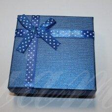 dz0041-kvad-90x90x25 apie 90 x 90 x 30 mm, kvadrato forma, mėlyna spalva, juostelė su taškeliais, dovanų dėžutė, 1 vnt.