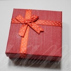 dz0042-kvad-90x90x50 apie 90 x 90 x 50 mm, kvadrato forma, raudona spalva, juostelė su taškeliais, dovanų dėžutė, 1 vnt.