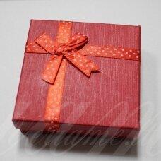 dz0042-kvad-90x90x25 apie 90 x 90 x 30 mm, kvadrato forma, raudona spalva, juostelė su taškeliais, dovanų dėžutė, 1 vnt.