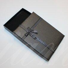 dz0046-stat-160x120x30 apie 160 x 120 x 30 mm, stačiakampio forma, juoda spalva, juostelė su taškeliais, dovanų dėžutė, 1 vnt.