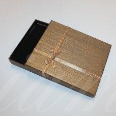 dz0052-stat-190x160x30 apie 190 x 160 x 30 mm, stačiakampio forma, šviesi, ruda spalva, juostelė su taškeliais, dovanų dėžutė, 1 vnt.