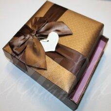 DZ0064-KVAD-185x185x40 apie 185 x 185 x 40 mm, kvadrato forma, šviesi bronzinė spalva, rudas bantelis, dovanų dėžutė, 1 vnt.