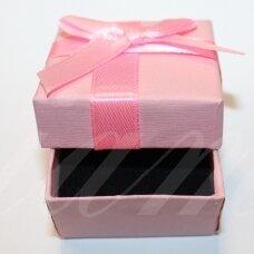 DZ0072-KVAD-50x50x35 apie 50 x 50 x 35 mm, kvadrato forma, rožinė spalva, su juostele, dovanų dėžutė, 1 vnt.
