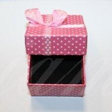DZ0074-KVAD-50x50x30 apie 50 x 50 x 30 mm, kvadrato forma, rožinė spalva, su juostele, dovanų dėžutė, 1 vnt.