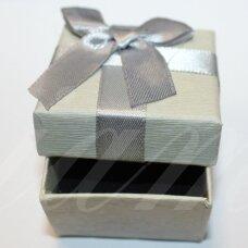 DZ0068-KVAD-50x50x35 apie 50 x 50 x 35 mm, kvadrato forma, pilka spalva, su juostele, dovanų dėžutė, 1 vnt.