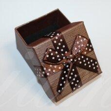 dz0104-kvad-50x50x35 apie 50 x 50 x 35 mm, kvadrato forma, tamsi, ruda spalva, juostelė su taškeliais, dovanų dėžutė, 1 vnt.