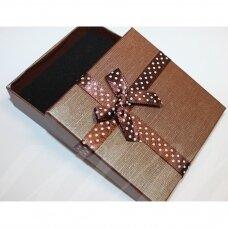 dz0104-kvad-90x90x50 apie 90 x 90 x 50 mm, stačiakampio forma, tamsi, ruda spalva, juostelė su taškeliais, dovanų dėžutė, 1 vnt.