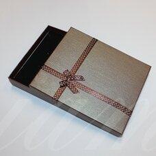 dz0104-stat-190x160x30 apie 190 x 160 x 30 mm, stačiakampio forma, tamsi, ruda spalva, juostelė su taškeliais, dovanų dėžutė, 1 vnt.