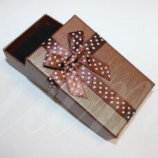dz0104-stat-80x50x20 apie 80 x 50 x 20 mm, stačiakampio forma, tamsi, ruda spalva, juostelė su taškeliais, dovanų dėžutė, 1 vnt.