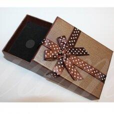 dz0104-stat-90x70x25 apie 90 x 70 x 25 mm, stačiakampio forma, tamsi, ruda spalva, juostelė su taškeliais, dovanų dėžutė, 1 vnt.