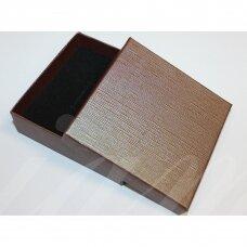 dz0104-kvad-90x90x30 apie 90 x 90 x 30 mm, stačiakampio forma, tamsi, ruda spalva, dovanų dėžutė, 1 vnt.