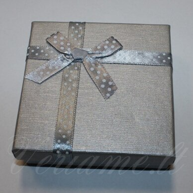 dz0037-kvad-50x50x30 apie 50 x 50 x 30 mm, kvadrato forma, sidabrinė spalva, juostelė su taškeliais, dovanų dėžutė, 1 vnt.