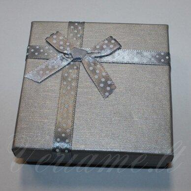 dz0037-kvad-50x50x35 apie 50 x 50 x 35 mm, kvadrato forma, sidabrinė spalva, juostelė su taškeliais, dovanų dėžutė, 1 vnt.