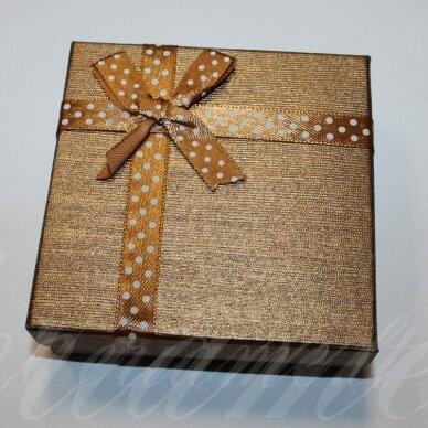 dz0040-kvad-50x50x30 apie 50 x 50 x 30 mm, kvadrato forma, šviesi, ruda spalva, juostelė su taškeliais, dovanų dėžutė, 1 vnt.