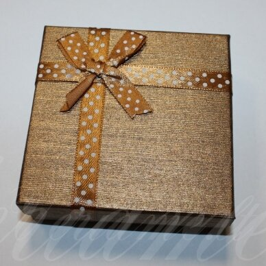 dz0040-kvad-50x50x35 apie 50 x 50 x 35 mm, kvadrato forma, šviesi, ruda spalva, juostelė su taškeliais, dovanų dėžutė, 1 vnt.