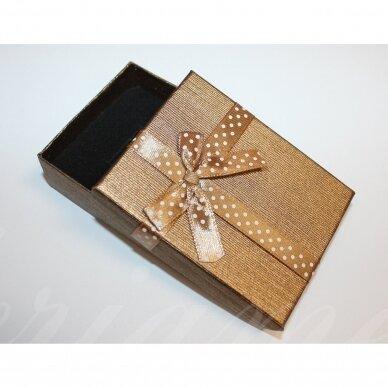 dz0040-stat-90x70x25 apie 90 x 70 x 25 mm, stačiakampio forma, šviesi, ruda spalva, juostelė su taškeliais, dovanų dėžutė, 1 vnt.