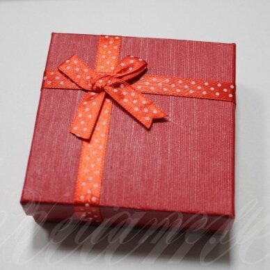 dz0042-kvad-90x90x30 apie 90 x 90 x 30 mm, kvadrato forma, raudona spalva, juostelė su taškeliais, dovanų dėžutė, 1 vnt.