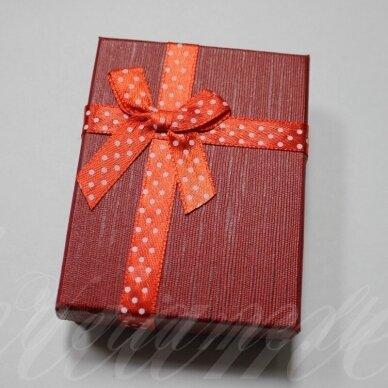 dz0042-stat-90x70x25 apie 90 x 70 x 25 mm, stačiakampio forma, raudona spalva, juostelė su taškeliais, dovanų dėžutė, 1 vnt.