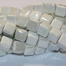 jsker0018-kub-10x10 (a8) apie 10 x 10 mm, kubo forma, balta spalva, keramikiniai karoliukai, apie 23 vnt.
