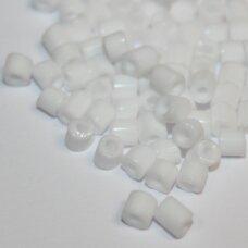 pccb321/11001/03050-4/4 4 x 4 mm, pailga forma, balta spalva, apie 50 g.