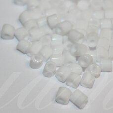 pccb321/11001/03050-3/3 3 x 3 mm, pailgas forma, balta spalva, apie 50 g.