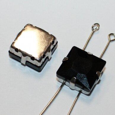 PJA4M02-KVAD-08x8 apie 8 x 8 mm, 4 skylių, metalo spalva metalinis pagrindas, kvadrato forma, juoda spalva, prisiuvama juvelyrinė akutė, 6 vnt.