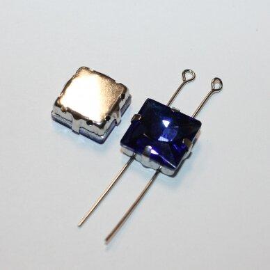 PJA4M03-KVAD-10x10 apie 10 x 10 mm, 4 skylių, metalo spalva metalinis pagrindas, kvadrato forma, karališko mėlynumo spalva, prisiuvama juvelyrinė akutė, 4 vnt.