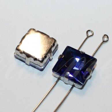PJA4M03-KVAD-08x8 apie 8 x 8 mm, 4 skylių, metalo spalva metalinis pagrindas, kvadrato forma, karališko mėlynumo spalva, prisiuvama juvelyrinė akutė, 6 vnt.