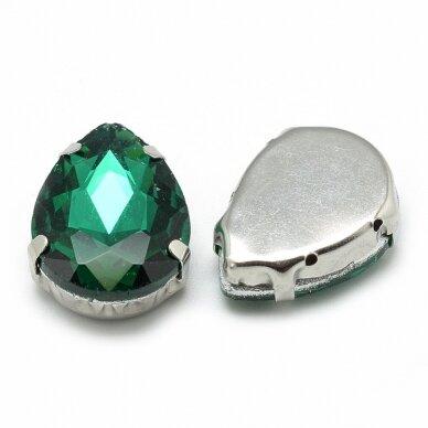 pja4m18-kvad-08x8 apie 8 x 8 mm, 4 skylių, metalo spalva, metalinis pagrindas, kvadrato forma, žalia spalva, prisiuvama juvelyrinė akutė, 6 vnt.
