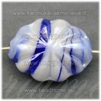stik0416 apie 21 x 16 x 9 mm, ovalo forma, balta spalva, mėlyna spalva, stiklinis karoliukas, 1 vnt.